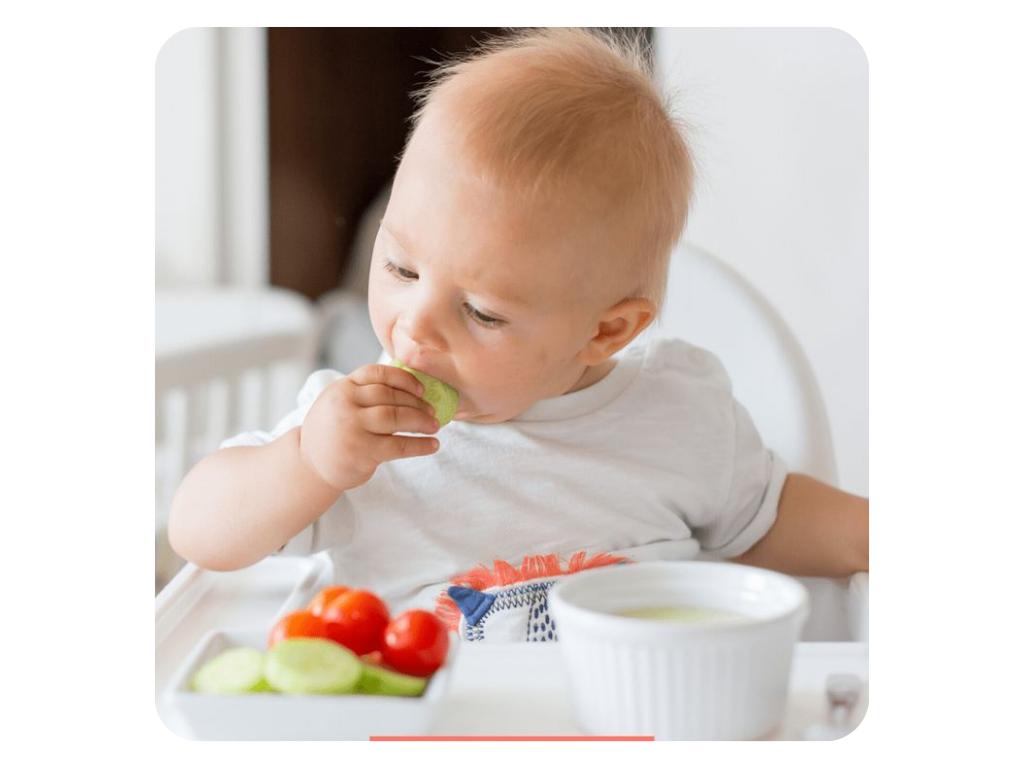 để trẻ tự cho đồ ăn vào miệng
