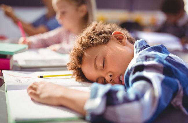 Trẻ thiếu ngủ dẫn đến mất tập trung