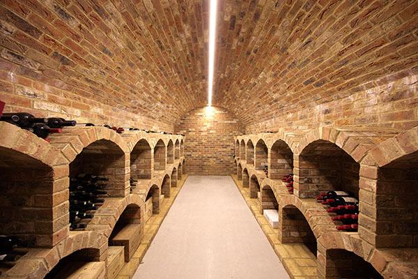 Hầm rượu vang lát gạch