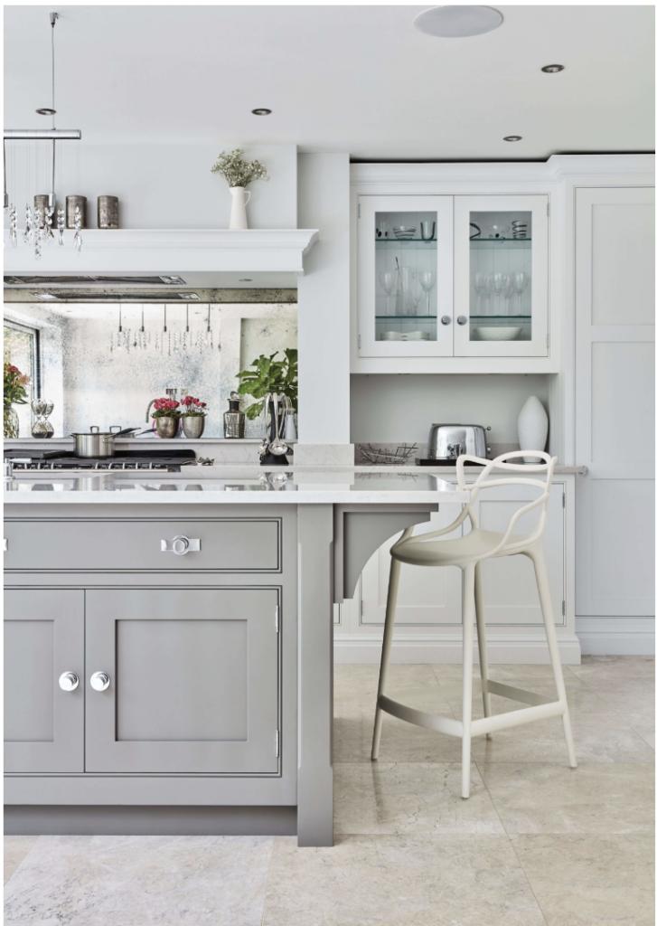 Tủ bếp tân cổ điển sơn pu màu trắng