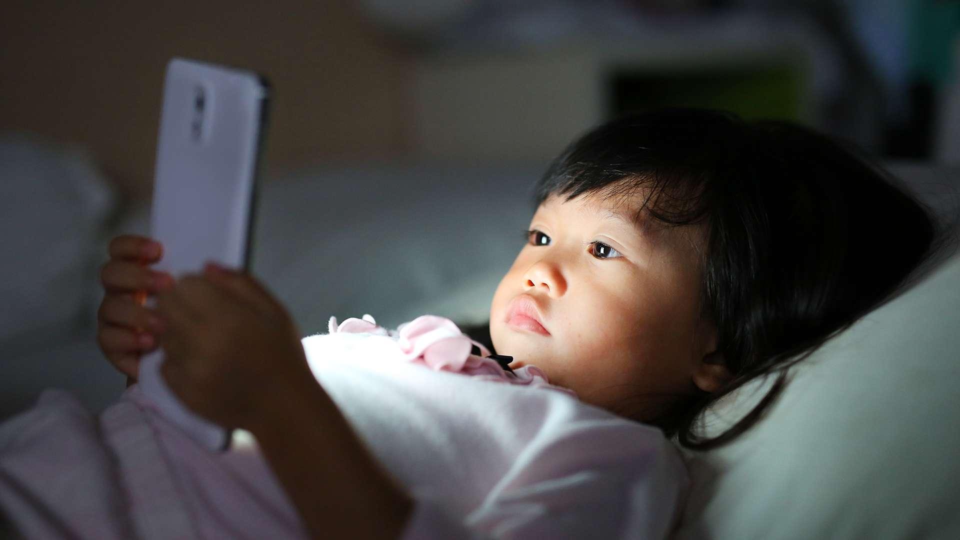 Sử dụng thiết bị điện tử quá nhiều, đặc biệt là trước khi đi ngủ làm giảm khả năng phát triển não bộ, khiến trẻ tiếp nhận thông tin thụ động và dễ gây mất tập trung.