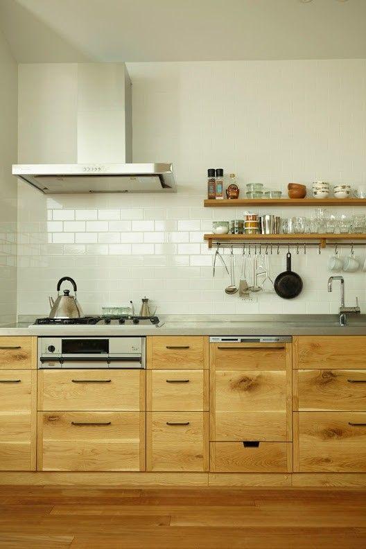 Mẫu thiết kế tủ bếp kết hợp gỗ và inox