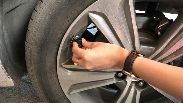 Khi lốp đặt áp suất cao hay gặp nhiệt độ nóng, van cảm biến áp suất lốp đều báo tín hiệu về màn hình báo động,
