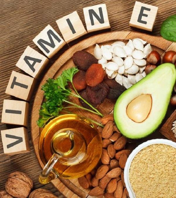 Vitamin E được tìm thấy nhiều trong các loại hạt và rau xanh