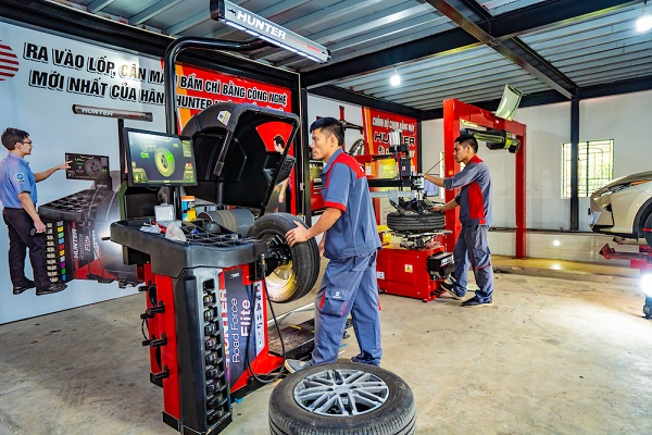 Hiểu được cách cân mâm bấm chì sẽ giúp các bác tài an tâm khi đi sửa chữa nâng cấp xe.