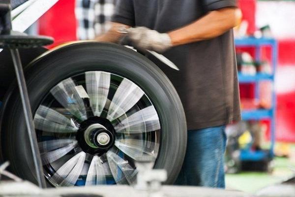Tùy vào tình trạng lốp mà các kỹ thuật viên sẽ có cách cân mâm bấm chì phù hợp.