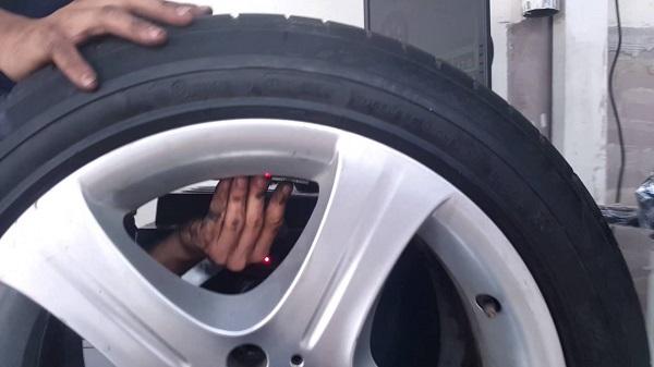 Dòng cân mâm bấm chì ô tô LEO cũng khá phổ biến
