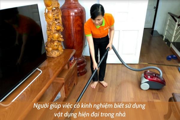 người giúp việc có kinh nghiệm biết sử dụng vật dụng hiện đại trong nhà